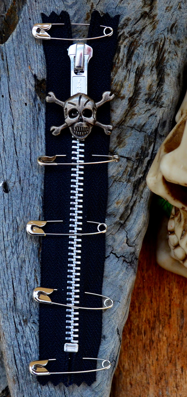 BLACK PUNK ZIP With Skull Puller